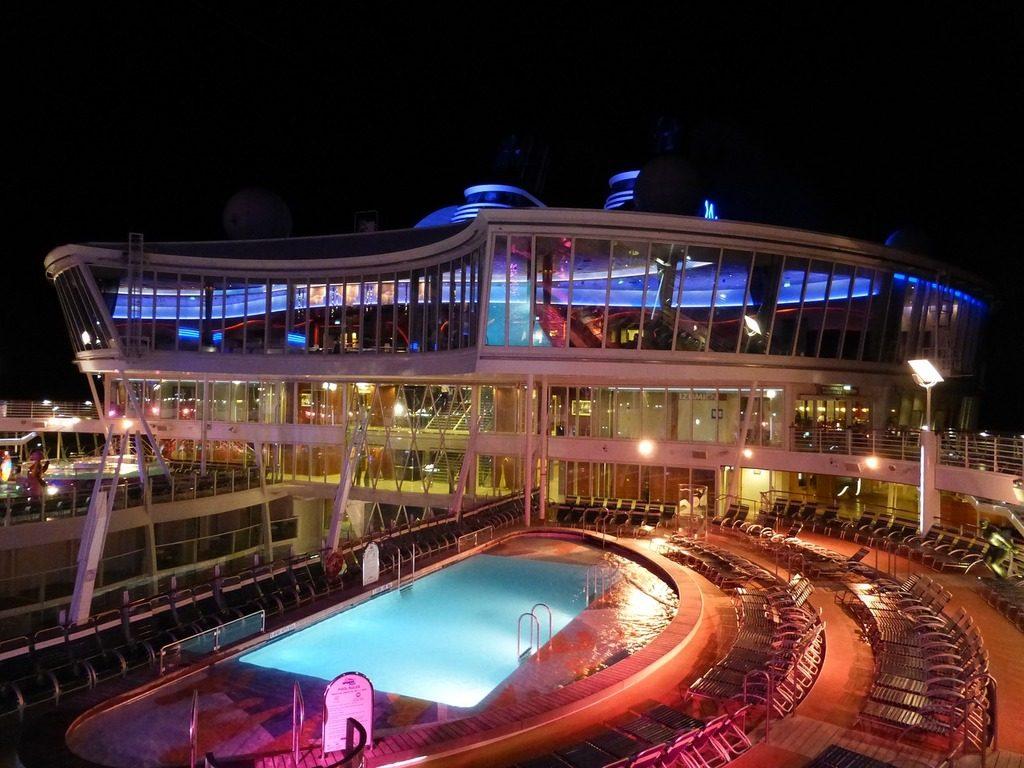 Imagem mostra o Oasis of the Seas pela noite