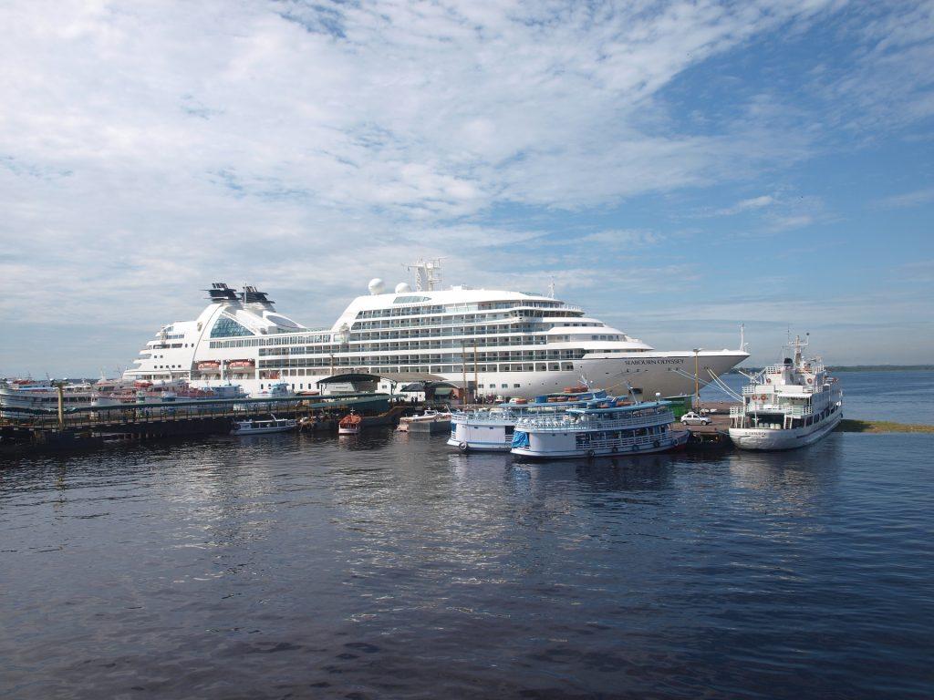 Imagem mostra um navio em Manaus