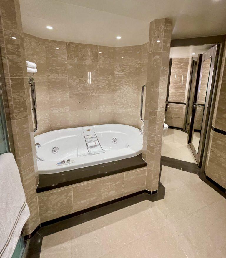 Grand Suite Spa Tub
